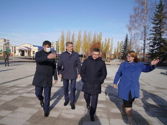 Владимир Якушев посетил реконструированную площадь в Ишимбае