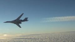 Минобороны РФ показало кадры полета Ту-160 вдоль северных морских границ
