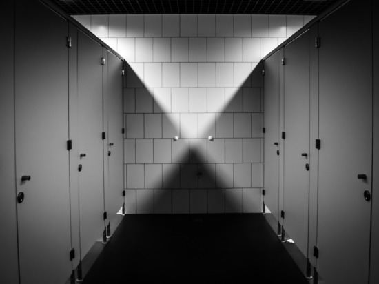 Извращенец установил камеру в женском туалете московского магазина