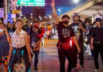 Правительство Таиланда ввело чрезвычайное положение, стремясь положить конец трехмесячным студенческим уличным протестам, призывающим к реформированию монархии и отставке премьер-министра королевства
