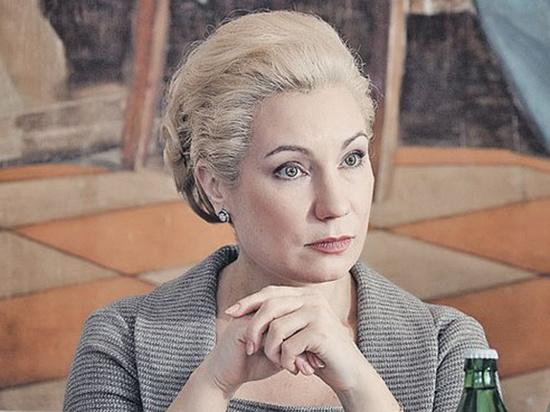 Сейчас дама скрылась на Украине