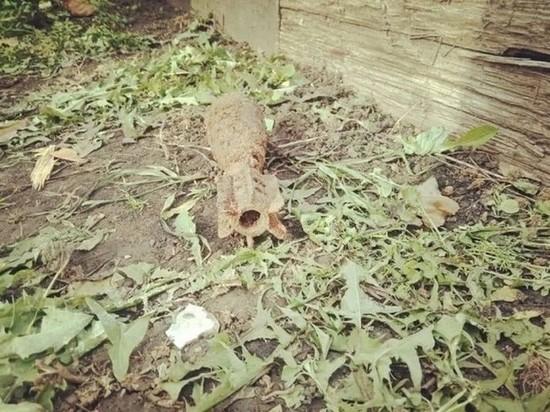 Во дворе дома свердловчане обнаружили мину