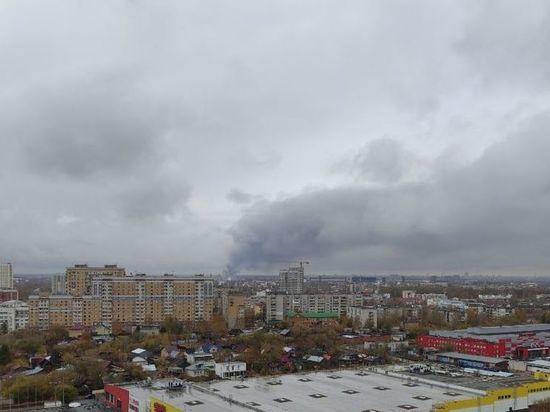 Пожар на складе на Федосеенко продолжают тушить