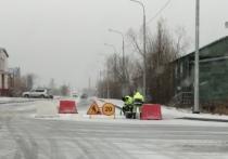 В Лабытнанги дорожники наносят разметку поверх снега