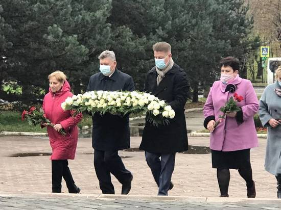 Костромские партийцы возложили цветы к памятнику труженикам тыла