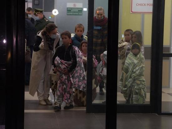 В тапочках на босую ножку: из Сирии вывезли детей - уроженцев СКФО