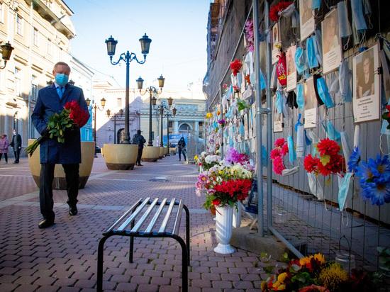 Александр Беглов возложил цветы к стене памяти медиков