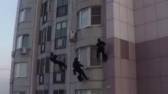Как человек-паук: видео штурма квартиры в Москве бойцами Росгвардии