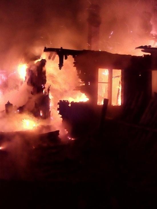 Вечером в Ивановской области сгорел большой нежилой дом
