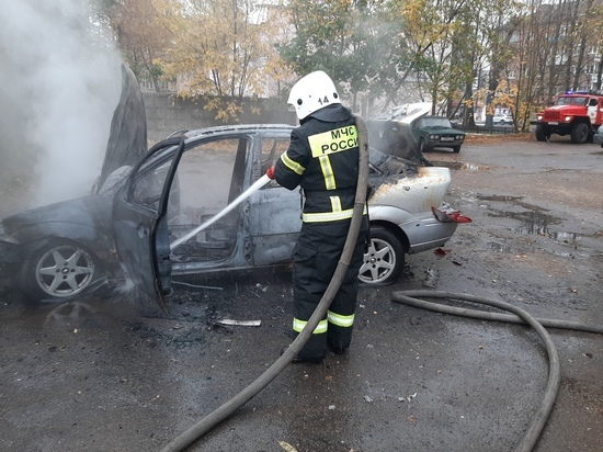 В Сафоново во дворе одного из домов загорелся автомобиль