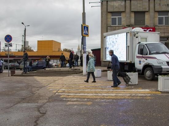 На машинах МЧС в Твери показывают ролики про коронавирус