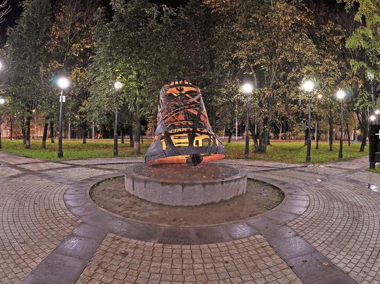 Подсветка новой городской скульптуры восхитила псковичей