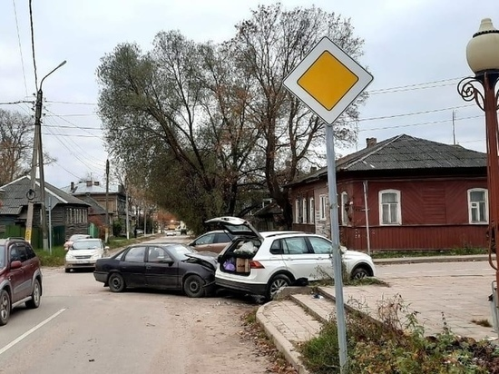 В Бежецке Тверской области две иномарки не поделили перекресток