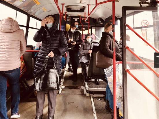 Пассажиров псковских автобусов проверили на наличие масок