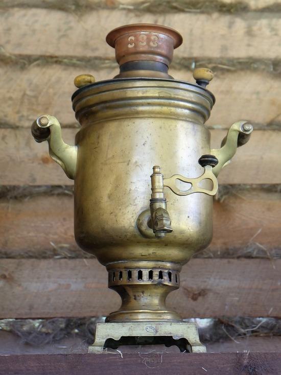 Житель Холм-Жирковского района вынес из деревенского дома 2 старинных самовара