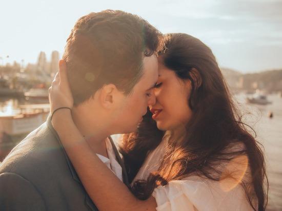 Влюбленных оштрафовали за поцелуи без масок