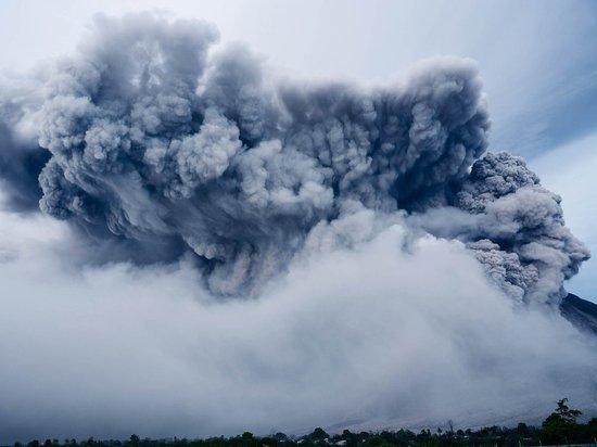 Вулкан Эбеко на Курилах выбросил на высоту почти в 2 км пепел