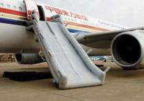 Бортпроводница рассказала правду о процессе раскрытия надувного трапа на борту воздушного судна, пишет Daily Express