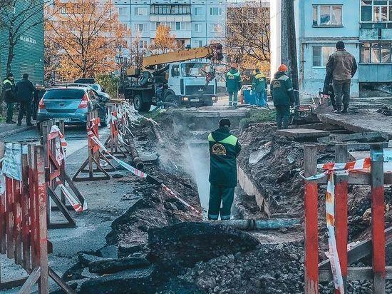 На улице Звездной в Пскове меняют трубы горячего водоснабжения