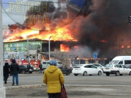 Здание с кафе и магазинами загорелось на Острове в Чите