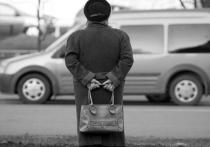 В Саяногорске налетчик лишил старушку денег и шоколадных конфет