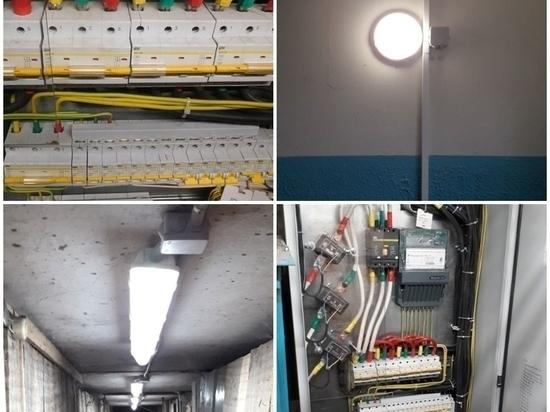 Систему электроснабжения капитально починили в доме в Порхове