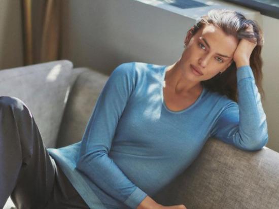 Известная модель Ирина Шейк выложила в Instagram снимок с обложки журнала Vogue, на котором она позирует обнаженной, прикрывая интимные места керамической плиткой