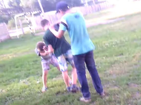 В коттеджном поселке Дарьино-Успенское школьники избили сына гендиректора одной из крупнейших компаний России, сообщает сайт KP