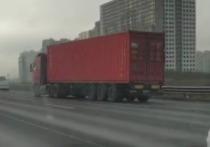 На Кольцевой автодороге в Санкт-Петербурге фура проехала на автопилоте 2 км после смерти водителя, сообщает Telegram-канал Mash на Мойке