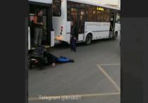 На Красной площади в Красноярске пассажир разбил стекло автобуса и подрался с водителем