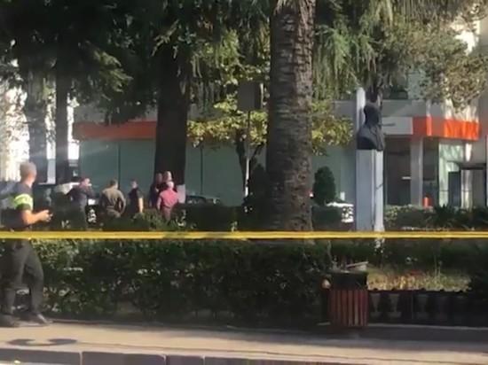 Захватчик банка в Зугдиди отправился в Абхазию с тремя заложниками