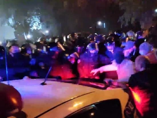 У Шевченковского суда в Киеве начались столкновения манифестантов с полицией
