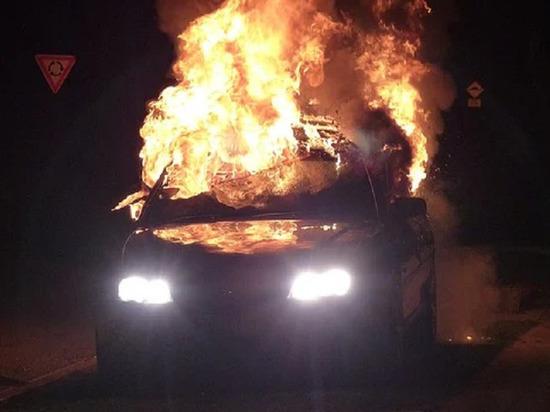 Неизвестные ночью подожгли BMW в кузбасской деревне
