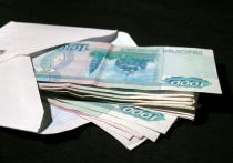 Москвичка нашла конверт с внушительной суммой денег в метро благодаря своей невнимательности и отдала его дежурной
