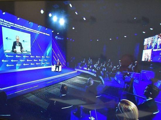 Владимир Путин на заседании международного клуба «Валдай» заявил, что когда-нибудь его президентство закончится, но пока он намерен работать напряжённо, как Святой Франциск. «Я решаю текущие задачи и обращаю взор в будущее», - прокомментировал свою миссию президент. Еще он рассказал, что лично поспособствовал спасению Навального. Именно по указанию Путина Генпрокуратура, несмотря на имеющиеся судебные ограничения,  не стала препятствовать его вывозу на лечение за рубеж.