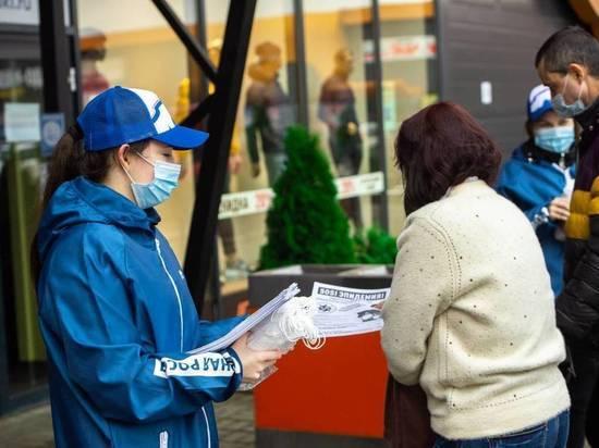 Более 1000 масок раздали волонтеры жителям Великих Лук