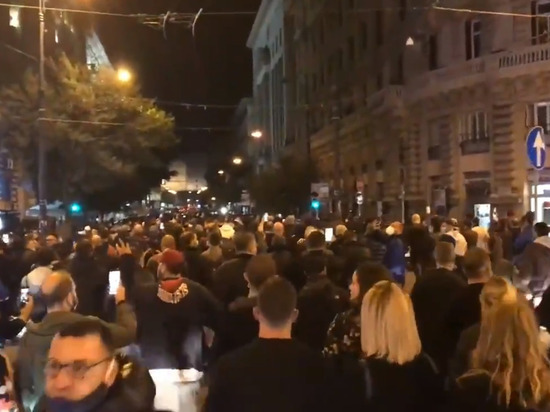 В Неаполе протест против COVID-мер перерос в столкновения с полицией