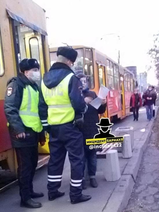 Транспортный коллапс устроила жительница Барнаула, отказавшись надеть маску