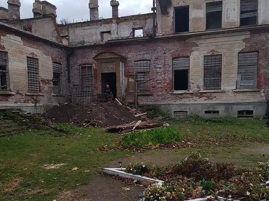 Старинный графский дом в Волышово получит временную кровлю