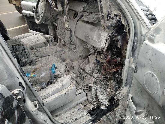 В Смоленске во время движения загорелся Land Rover, тушили очевидцы