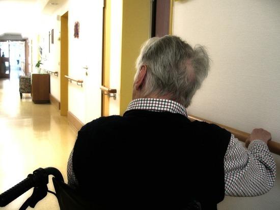 Тысячи постояльцев, больных COVID, вернулись в дома престарелых