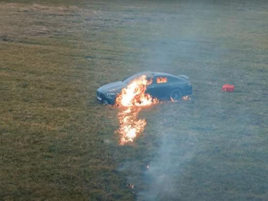 Блогер сжег свой Mercedes от обиды на специалистов дилерского центра
