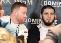 24 октября на турнире UFC 254 прогремела новостная сенсация. Чемпион UFC в легком весе Хабиб Нурмагомедов объявил о том, что уходит из ММА. Он пообещал своей маме, что поединок против Джастина Гэтжи станет для него последним. Россиянин доказал, что он феноменальный боец и других таких на горизонте пока нет. Гэтжи мучился весь первый раунд, а во втором «уснул» после идеально проведенного «треугольника».
