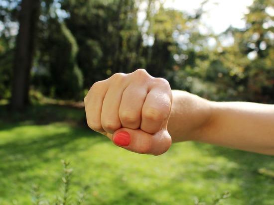 Била шваброй нелюбимую дочь: на Алтае будут судить жестокую мать
