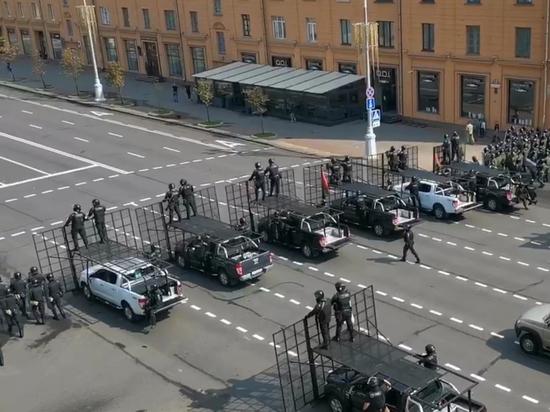 Президент Белоруссии Александр Лукашенко вывел в центр Минска технику, милицию и внутренние войска