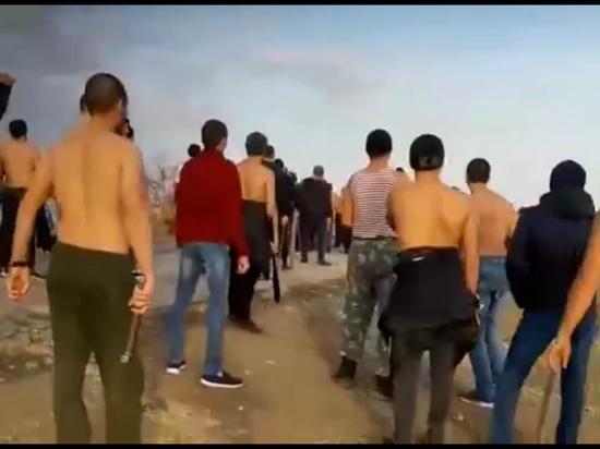 Очевидцы сняли драку стенка-на стенку, которая произошла в Саратовской области между представителями курдской диаспоры и казахами