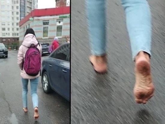 «Кроссы стерлись»: новосибирцев шокировала босоногая девушка в куртке