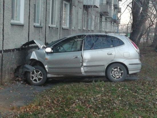 В Хакасии иномарка влетела в жилой дом, водитель погиб