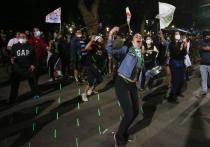 Тысячи чилийцев вышли на улицы Сантьяго, устроив радостное празднование и всеобщее братание, не слишком-то уместное во времена пандемии и социального дистанцирование