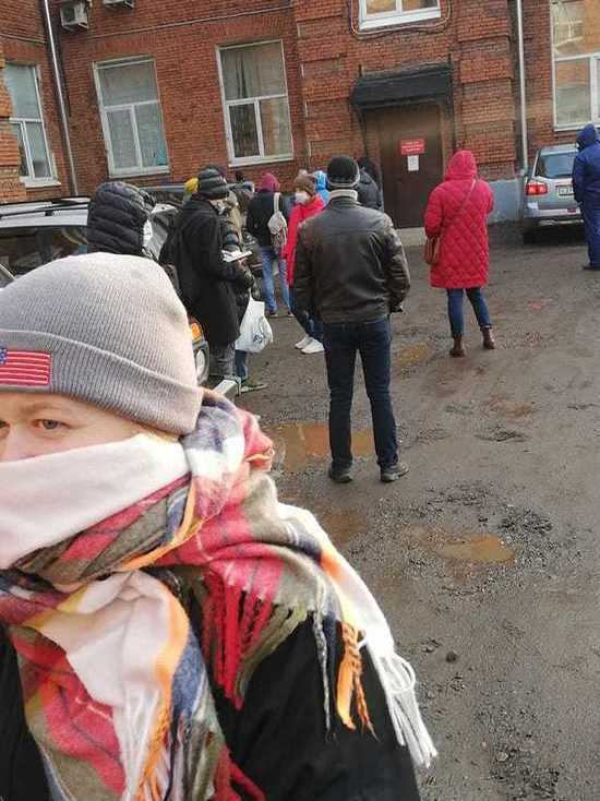 С температурой и на улице: ярославцы часами ждут  возможности сдать мазок на коронавирус